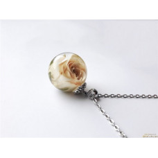 Кулон с белой розой